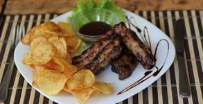 Талиатели с домати, гъби и пармезан, пилешки крилца със соев сос или свински ребърца с пържени картофи