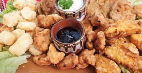 1.4кг апетитно плато с панирани тиквички, кашкавалчета, пилешки хапки и хрупкави топени сиренца