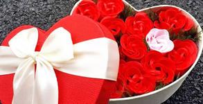 Кутия във формата на сърце, декорирана с гербери или рози