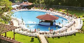 Разхлади се край град Елена! Цял ден ползване на басейн с джакузи, плюс шезлонг, чадър и сладолед