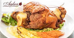 Хапване за двама! Бавно изпечен свински джолан на сач със задушени зеленчуци, плюс бонус - 2 парчета торта