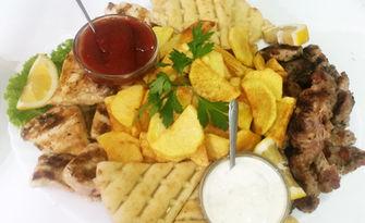 2.020кг плато с пилешко и свинско месце, пържени картофки, пърленка и два вида сос, от Бистро Градината
