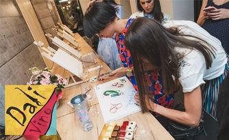 Арт преживяване! 3 часа рисуване с акрилни бои върху пано с напътствия от художник, плюс чаша вино, от Dali Vino Art Gallery