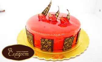 Сладоледена торта Ванилия, Ягода или Браунис Фереро, опакована в луксозна кутия, от Сладкарница Сладост