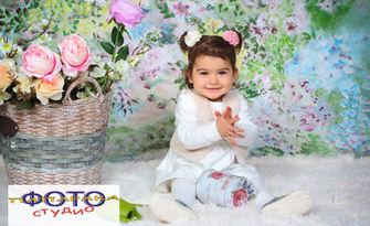 Детска пролетна фотосесия в студио с 10 обработени кадъра, плюс отпечатване на 10 снимки, от Фото студио Папарака
