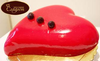 Сладка изненада за 8 Март! Торта във формата на сърце, модел по избор, от Сладкарница Сладост