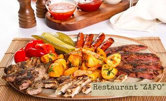 1300гр плато на плоча! Сръбска колбасица, свински и пилешки карета и пикантни пържени картофки, от Ресторант Зафо