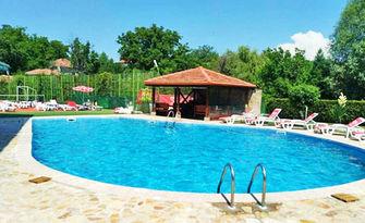 Разхлади лятото! Вход за цял ден ползване на басейн и чадър, от Хотелски комплекс Жарковата къща
