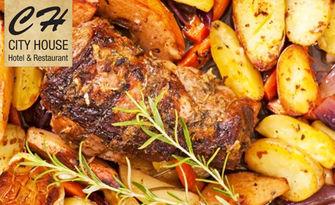 Обезкостено свинско джоланче с кореноплодни и домашни билкови картофки, от Ресторант City House