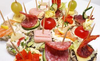 Сет със 110, 165 или 220 броя сладки и солени хапки, от Кетърингхапки.com