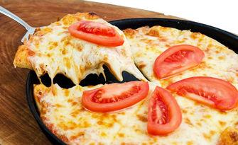 За малчугана! Пица по избор, плюс 2 часа игра в детския кът, от Пицария Тримата мускетари
