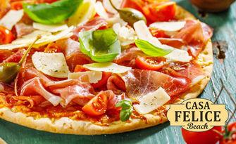 Свежа салата и апетитна пица, по избор, от Casa Felice Beach