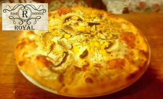 Вкусно хапване в центъра на града! Салата и пица, по избор, от Royal Bar & Dinner