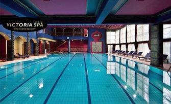 SPA релакс! Ползване на басейн, джакузи, солна сауна, финландска парна баня и лятна градина, плюс масаж на гръб, от Victoria SPA