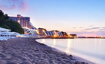 През Юли край Варна! 3, 4, 5 или 7 нощувки със закуски и вечери, от Хотел Русалка**, Св. св. Константин и Елена - на 200 метра от плажа
