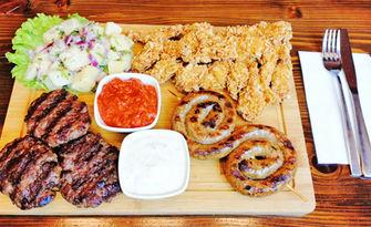 1160гр вкусно плато! Телешки кюфтета, свинско кърначе, пилешки филенца с корнфлейкс, картофена салата, лютеница и чеснов сос
