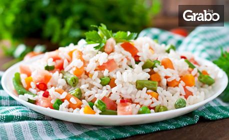 Печено пилешко бутче и порция ориз със зеленчуци - за вкъщи