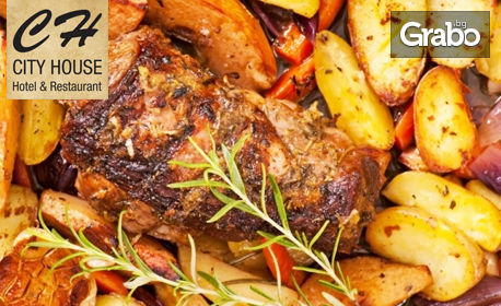 Обезкостено свинско джоланче с кореноплодни и домашни билкови картофки