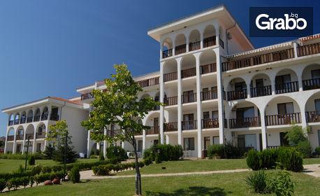 През Юли и Август в Свети Влас! 3, 5 или 7 нощувки в апартамент за до шестима, с басейн, чадър и шезлонги на плажа