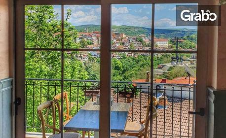 Пица на пещ, плюс салата - на фона на панорамна гледка към града