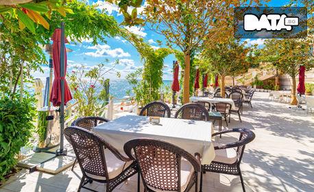През Май в Златни пясъци! Нощувка със закуска за двама, чадър и шезлонг на басейна и плажа