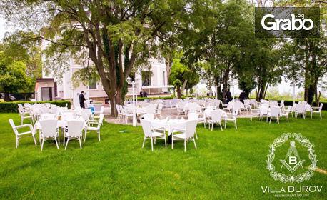 Вкусно хапване в бижуто на Варна! Салата и основно ястие, по избор - без или със шоколадово суфле с топка ванилов сладолед