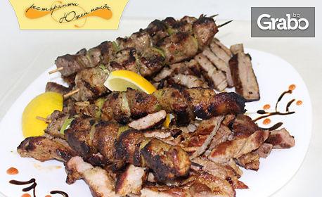Апетитно плато на скара от свински врат и свински шишчета