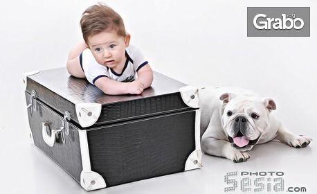 Семейна студийна фотосесия с домашен любимец със 100 кадъра, 5 от които обработени