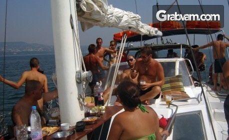 С ветроходна яхта във Варненския залив! Целодневна разходка, плюс обяд с напитки, плаж и риболов