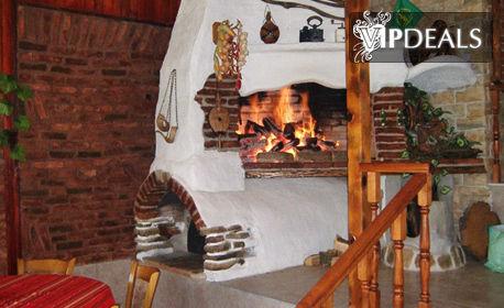 Посрещни Нова година край Иракли! Нощувка с празнична вечеря - във вилно селище Свети Влад