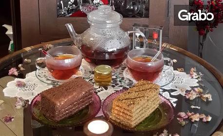 Кана чай за двама, плюс 2 парчета медена торта или 2 чаши ликьор