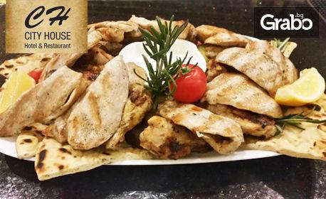 2кг плато с пилешки филенца, BBQ крилца, билкови картофи, пърленка и чеснов сос