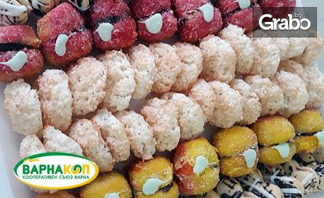 Плато с мини еклери, петифури или дребни сладки, плюс два вида соленки