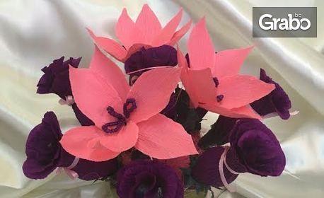 За 8 Март! Саксия с 8 ръчно изработени рози с бонбони Lindt и 8 послания към майка или любима