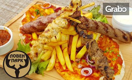 Плато с ливанска мешана скара - пилешко и телешко шишче, кафта, картофки, арабски хляб, хумус и сосове