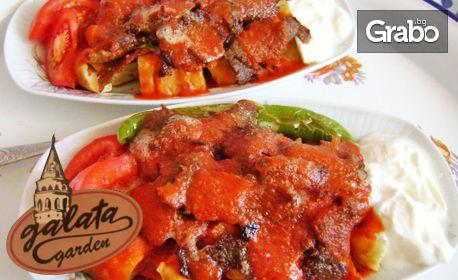 Адана искендер кебап или Урфа искендер кебап, плюс пържени картофи и сезонна салата