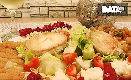Плато с козе сирене, панирани хапки моцарела, чипс от прошуто, пармезанови кошнички и брускети
