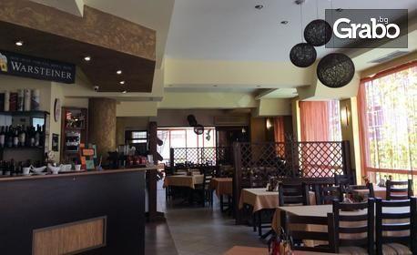 Вдигни новогодишна наздравица в Ресторант Аквая! Куверт с меню, напитки и празнична програма с DJ