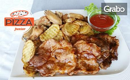 Плато с хрупкави пилешки крилца, свински каренца на скара, пържени билкови картофки, плюс сос