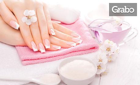 Подхранваща и възстановяваща терапия за ръце и нокти с ръчно приготвен пилинг, масаж, маска и заздравяващ лак