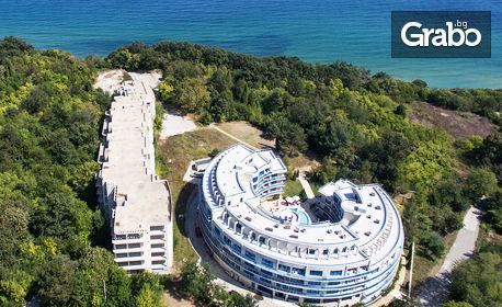 Синьо лято в Обзор - на 100м от плажа! Нощувка с възможност за закуска, обяд и вечеря, плюс басейн и паркинг