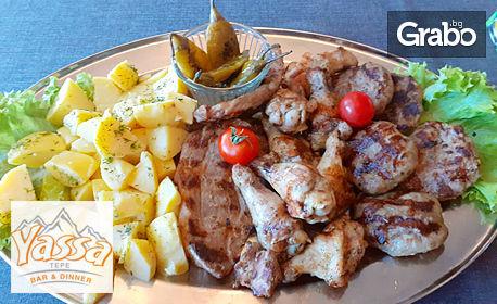 1500гр вкусно плато! Кюфтенца, пилешки крилца, свински врат, запечени картофи и пукани люти чушлета