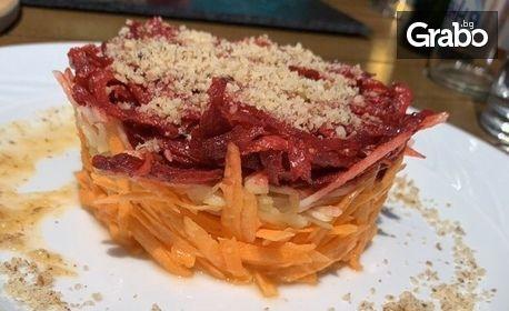 Хапване за двама! Меню с 2 салати и 2 основни ястия - по избор, плюс брускети с маслинова паста