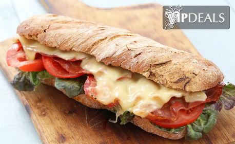 Хапване за дома или офиса! Комбо меню със салата, сандвич и десерт, по избор