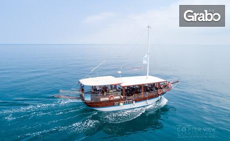 Летни емоции край Созопол! 4-часово цветно парти на яхта Destiny в залива на къмпинг Каваци