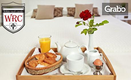 Свети Валентин в Балчик! Нощувка със закуска и празнична вечеря за двама