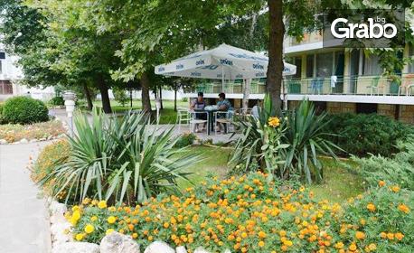 Късно лято в Кранево! Нощувка с възможност за закуска, обяд и вечеря, плюс външен басейн