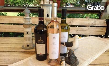 Сочни панирани пилешки филенца, панирани сиренца и бутилка бяло вино Gulbanis
