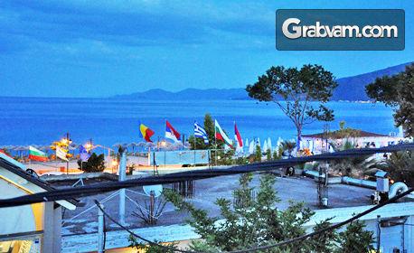 Юли и Август в Гърция! Нощувка за до четирима - на 20м от плажа в Неа Врасна