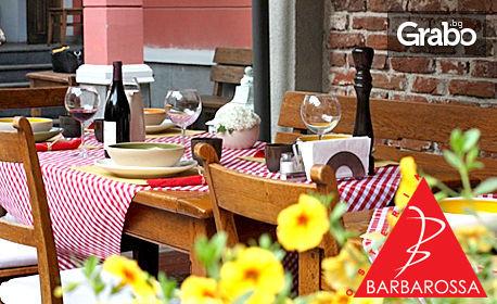 Свински ребърца на скара със зелена салата, домашен италиански хляб и минерална вода